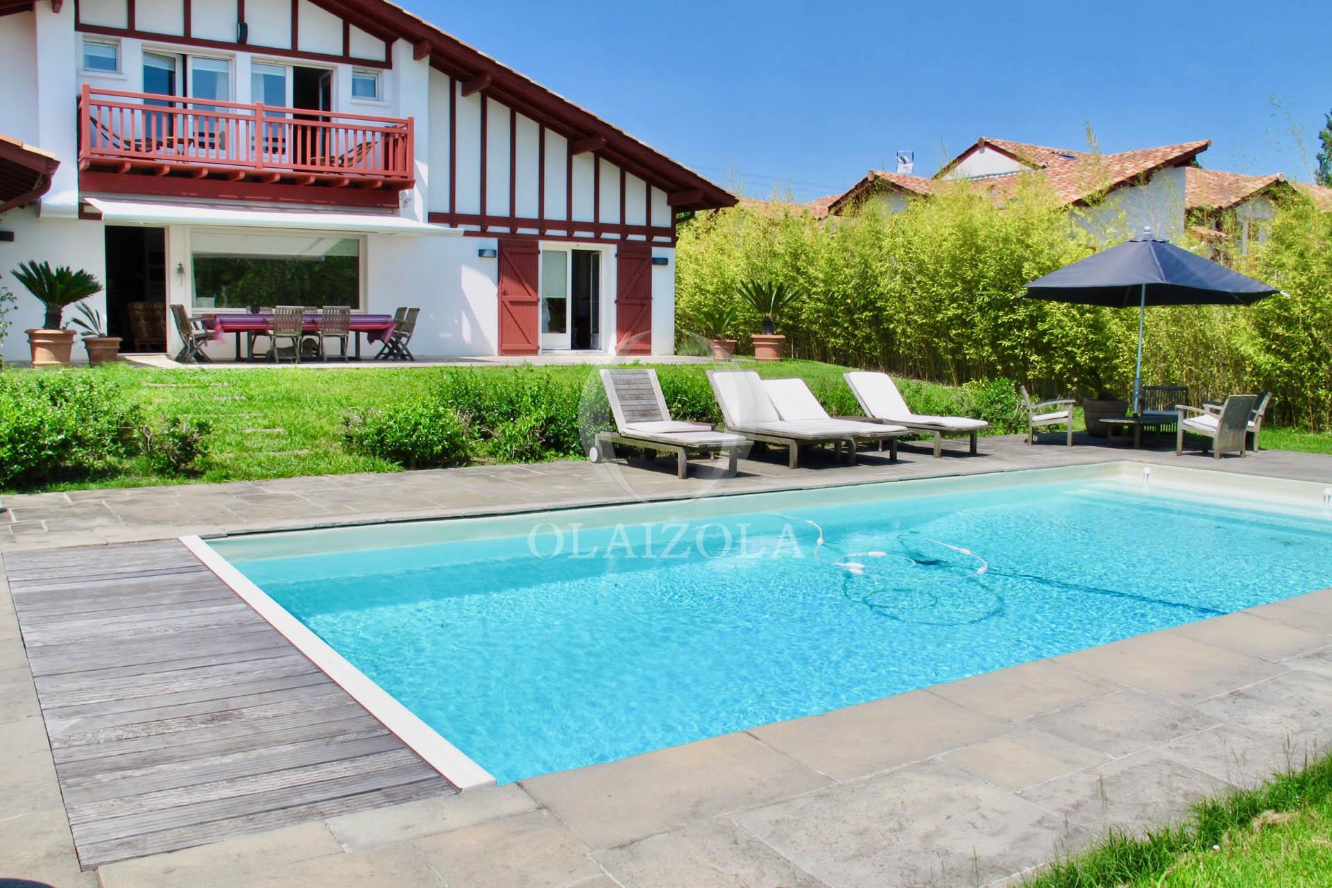 location de vacances arbonne villa de r ve aux portes de biarritz piscine chauff e salon. Black Bedroom Furniture Sets. Home Design Ideas
